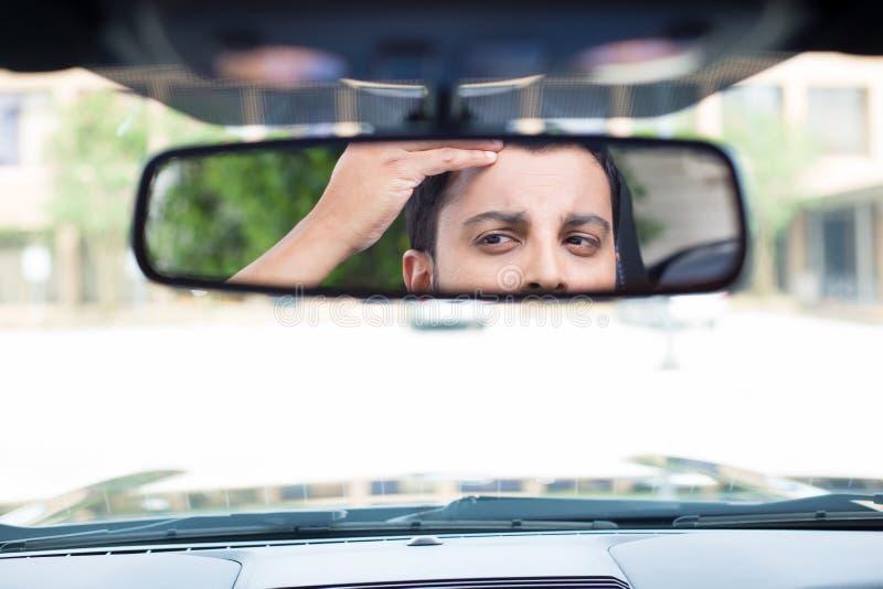 Stirra tillbaka på rearviewen fotografering för bildbyråer