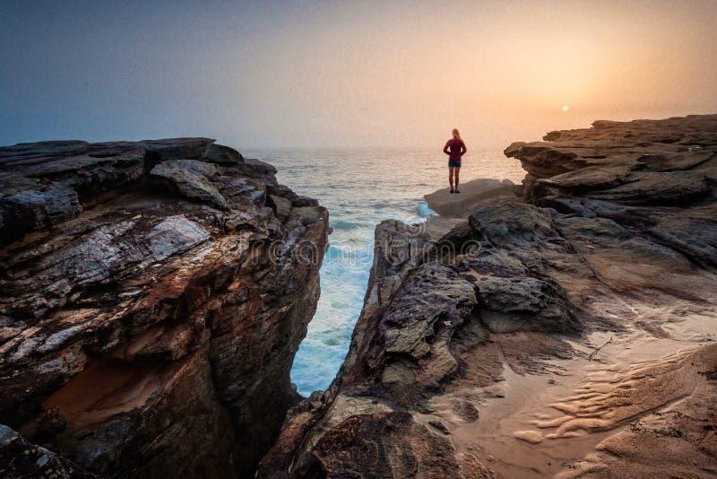 Stirra ut på den mystiska havsdimma nära sprickan royaltyfri bild