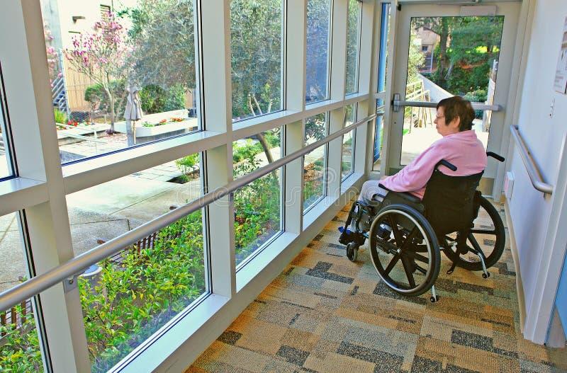 stirra utanför rullstolkvinna arkivfoto