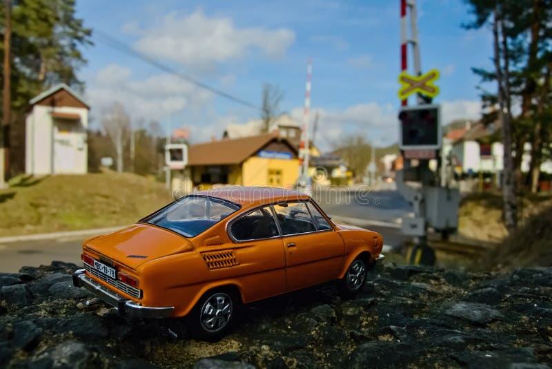 Stirrande Splavy, Tjeckien - mars 06, 2019: den orange modellen av den legendariska czechoslovak bilen Skoda 110R namngav Erko fr royaltyfri foto