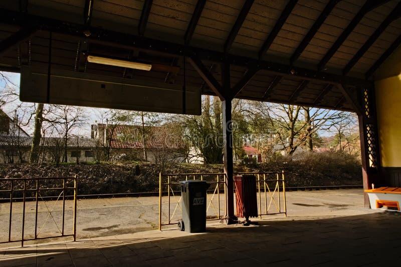 Stirrande Splavy, Tjeckien - mars 06, 2019: drevstation i by av den Machuv krajregionen royaltyfria bilder