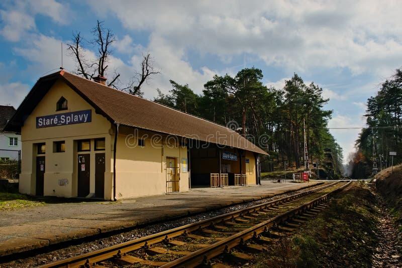 Stirrande Splavy, Tjeckien - mars 06, 2019: drevstation i by av den Machuv krajregionen arkivfoto