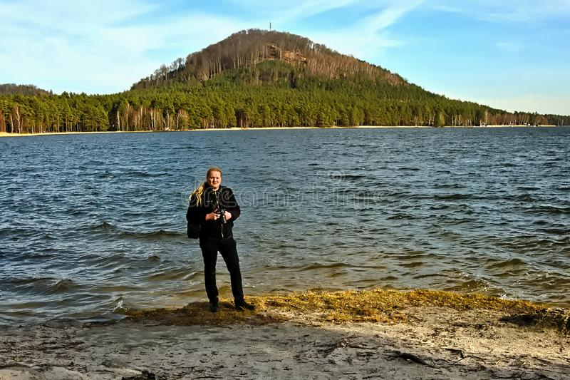 Stirrande Splavy, Tjeckien - mars 06, 2019: fotografJiri Igaz ställning vid den Machovo jezerosjön arkivfoton