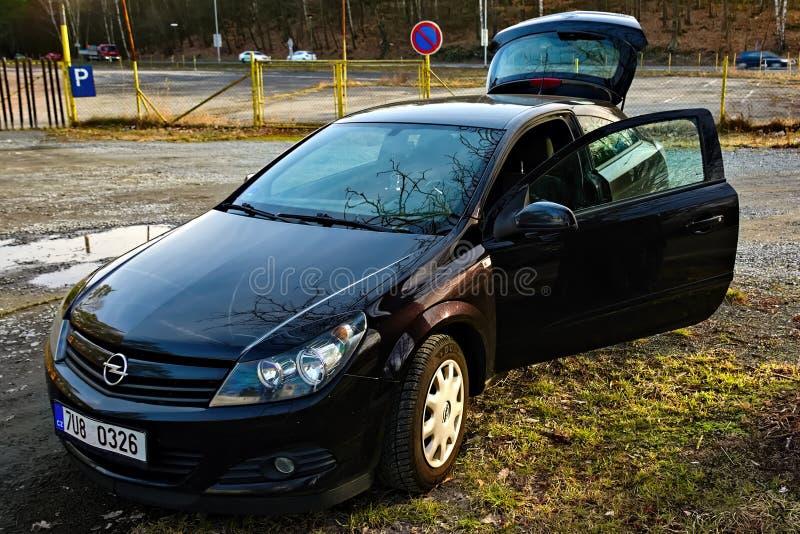 Stirrande Splavy, Tjeckien - mars 06, 2019: svart bilOpel Astra ställning i by av den Machuv krajregionen royaltyfri foto