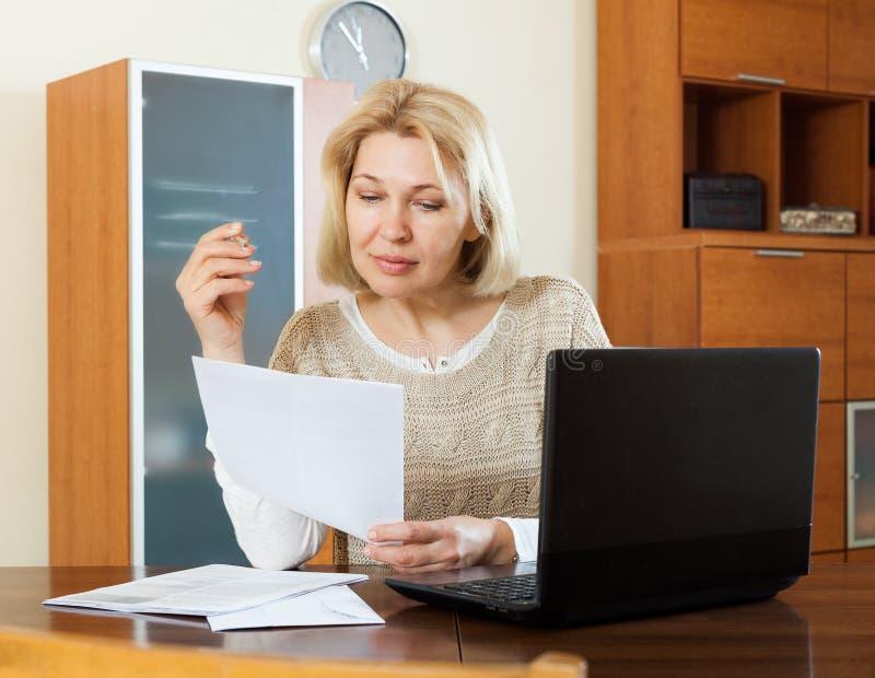 Stirriga finansiella dokument för allvarlig kvinna fotografering för bildbyråer