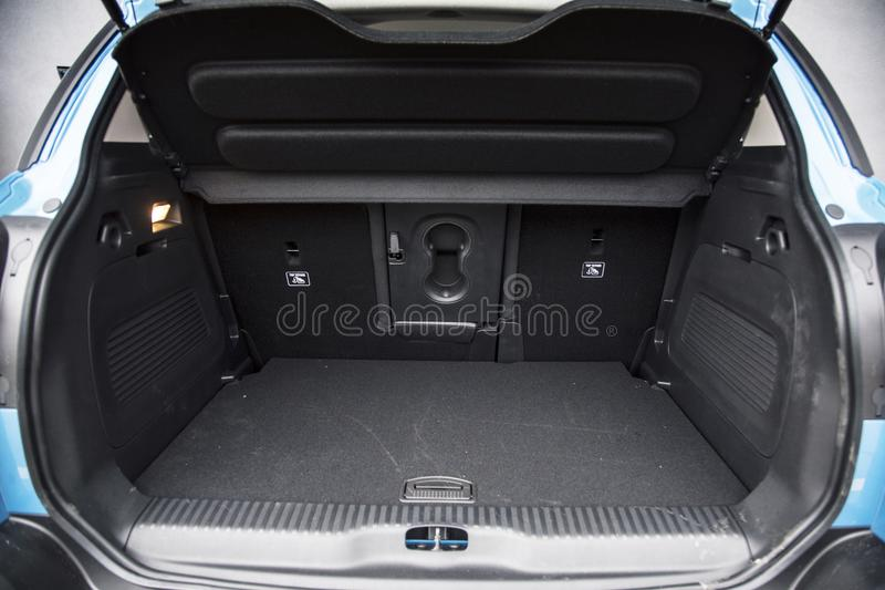 Stivale vuoto dell'automobile con lo spazio dei bagagli disponibile fotografia stock