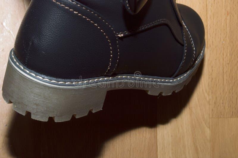 stivali con piede destro di pelle di colore marrone chiaro immagini stock libere da diritti