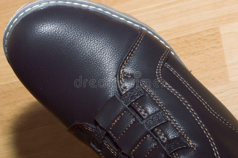 stivali con piede destro di pelle di colore marrone chiaro immagine stock