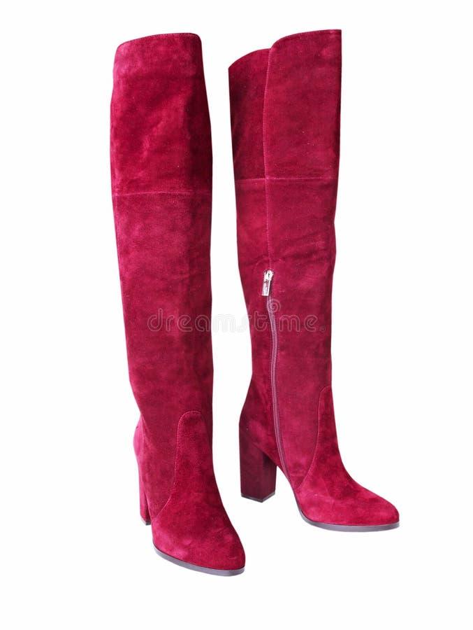 Stivali d'avanguardia della presa della pelle scamosciata rossa isolati Paia femminili delle scarpe fotografie stock libere da diritti