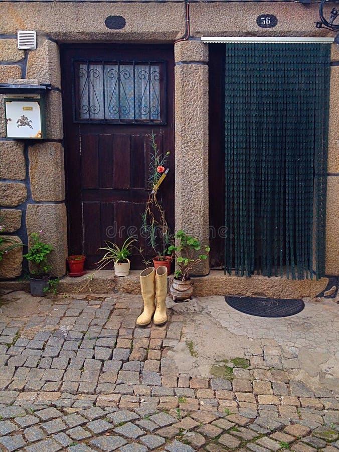 Stivali dalla porta fotografia stock libera da diritti