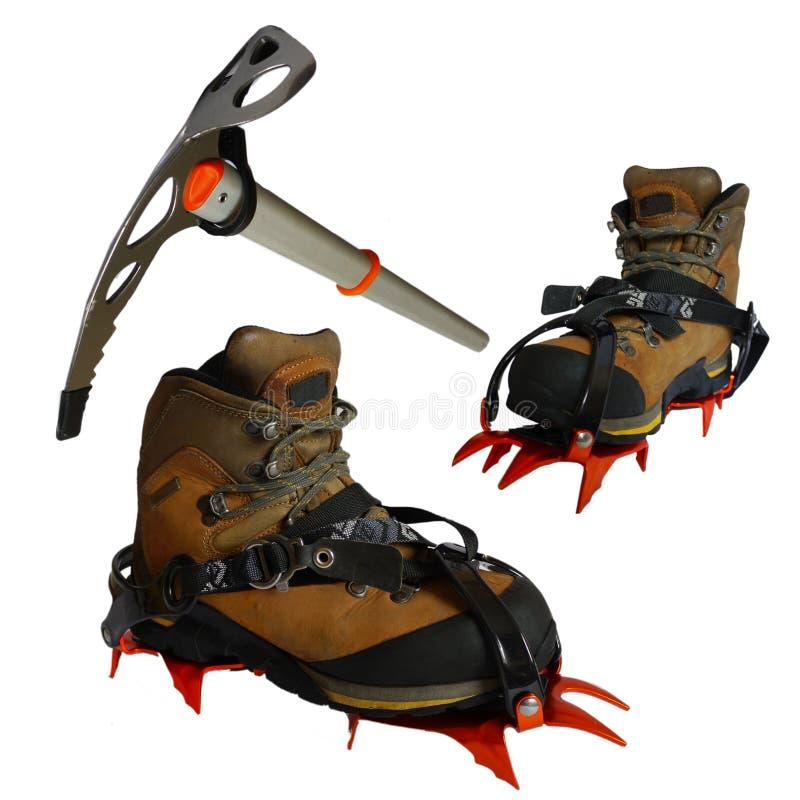 Stivali della montagna, ascia di ghiaccio, ramponi, isolati fotografia stock