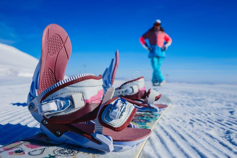 Stivali dello snowboard nella priorità alta nell'inverno sulla montagna fotografia stock
