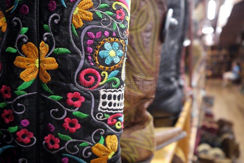 Stivali di cowboy: Dettaglio messicano del cranio del ricamo fotografia stock libera da diritti