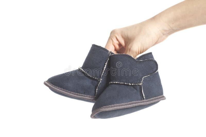 Stivali di inverno dei bambini sulle mani fotografie stock