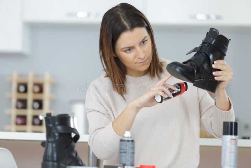 Stivali di pulizia femminili con la spugna immagini stock libere da diritti