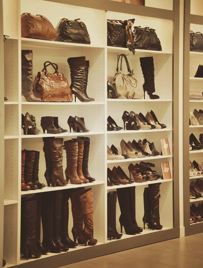 Stivali e negozio di scarpe di modo fotografia stock libera da diritti