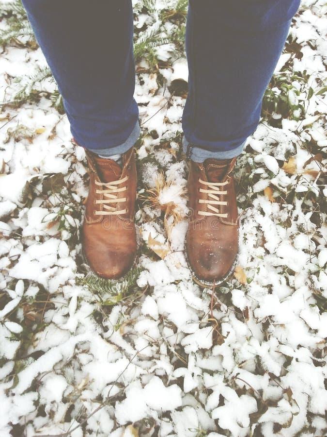 Stivali e neve e legno fotografie stock libere da diritti