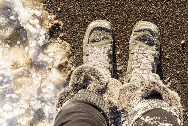 Stivali simili a pelliccia di inverno coperti in neve fotografie stock libere da diritti