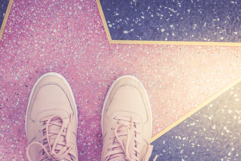 Stjärna- och rosa färggymnastikskor på den Hollywood boulevarden i Los Angeles arkivfoto