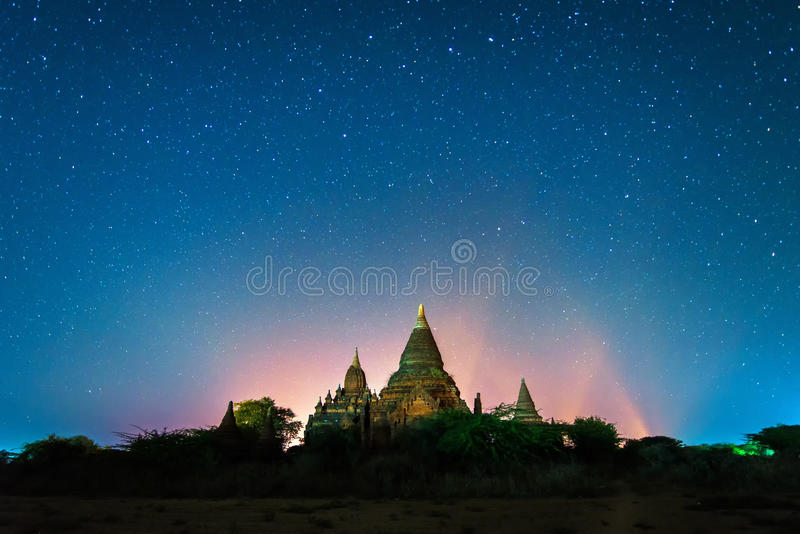 Stjärna ovanför forntida pagod royaltyfria foton