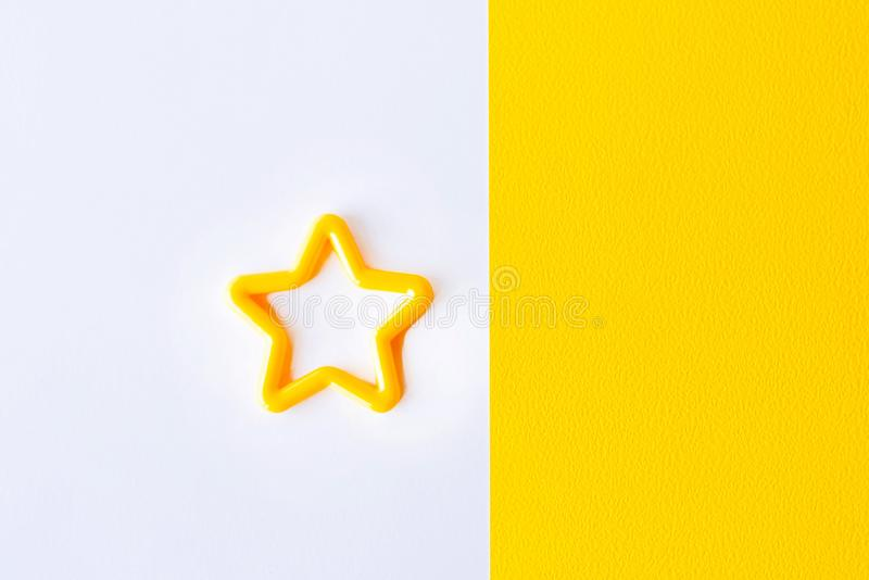 stjärna på vit och gul bakgrund Lekmanna- lägenhet Kopiera utrymme för text arkivfoton