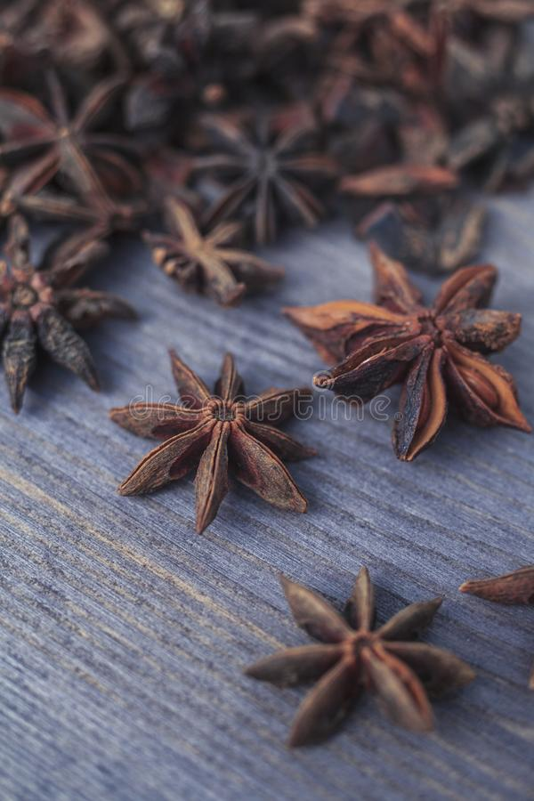 Stjärnaanise på träbakgrund arkivfoto