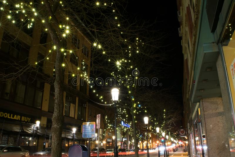 Stjärnabristnings- och ljusslingor på natten i Lowell royaltyfri fotografi