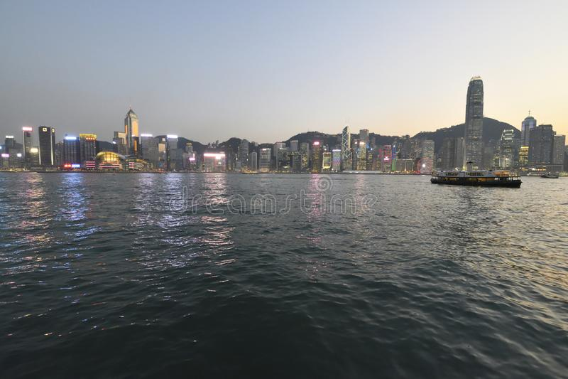 Stjärnafärja över Victoria Harbour i tidig afton av våren arkivfoton