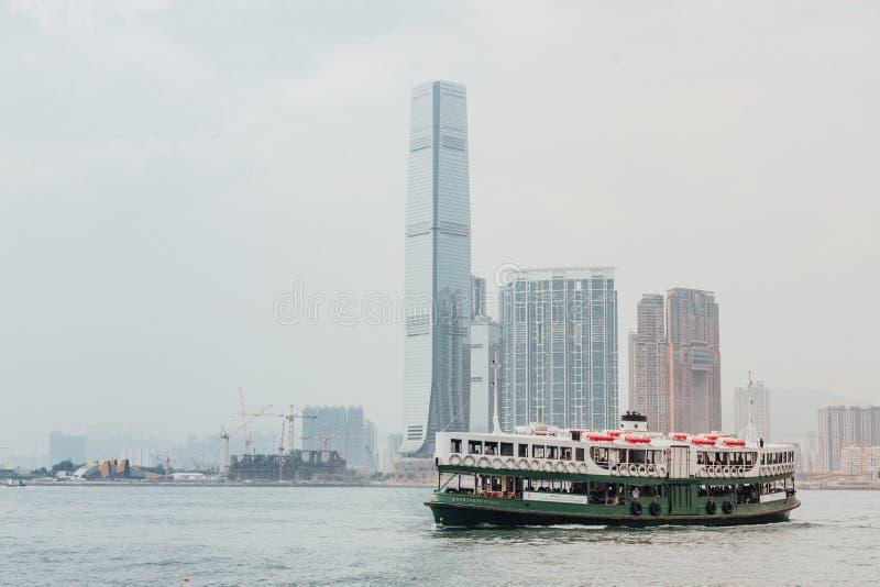 Stjärnafärja med Hong Kong Skyline från vattnet royaltyfri fotografi