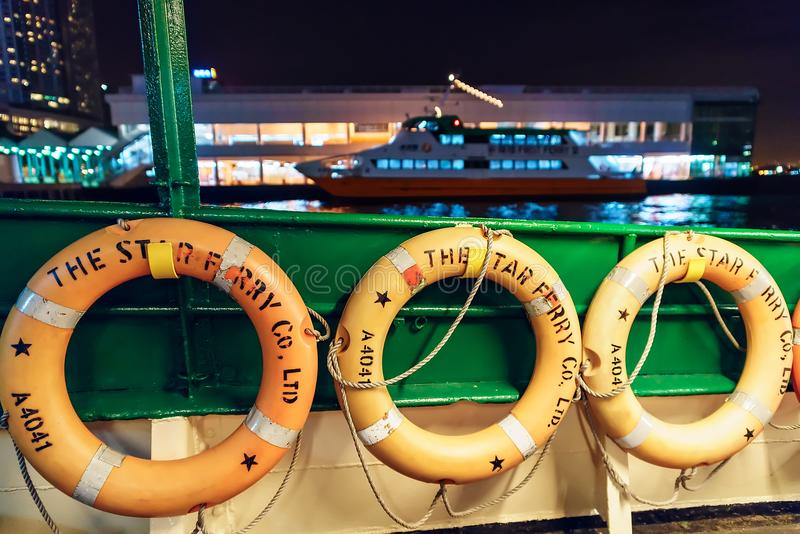 Stjärnafärjan är en operatör för passagerarfärjaservice och en turist- dragning i Hong Kong Livboj stänger sig upp fotografering för bildbyråer