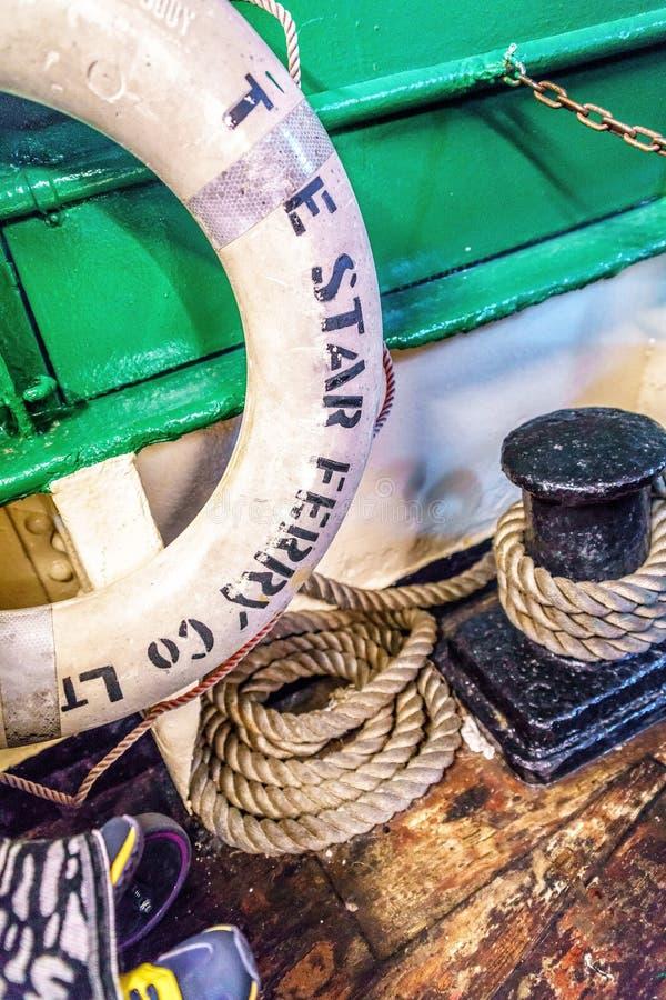 Stjärnafärjaservice fungerar två linjer över Victoria Harbour Övre sikt för slut av det nautiska seglingredskapet med livré på bo royaltyfri foto