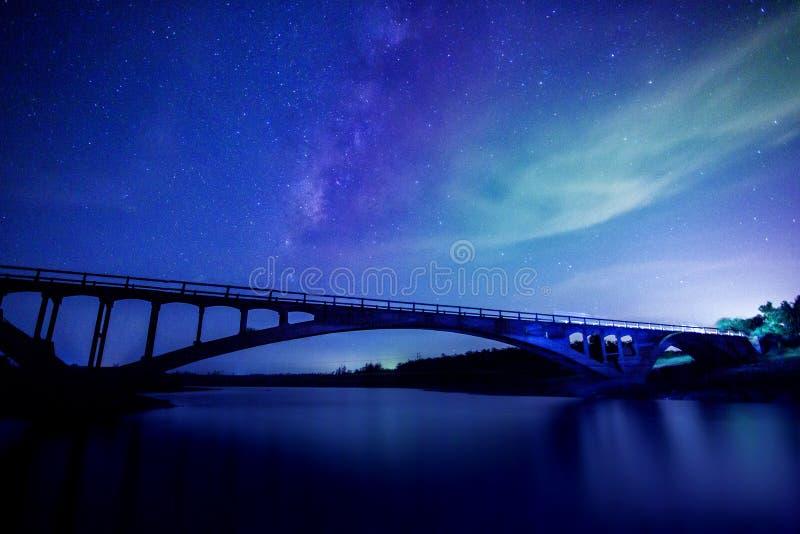 Stjärnaflod med brobakgrund royaltyfria bilder