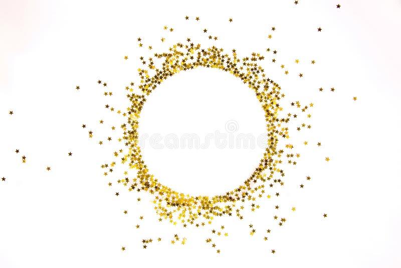 Stjärnan formade guld- paljetter inramar ordnat i cirkel arkivbild