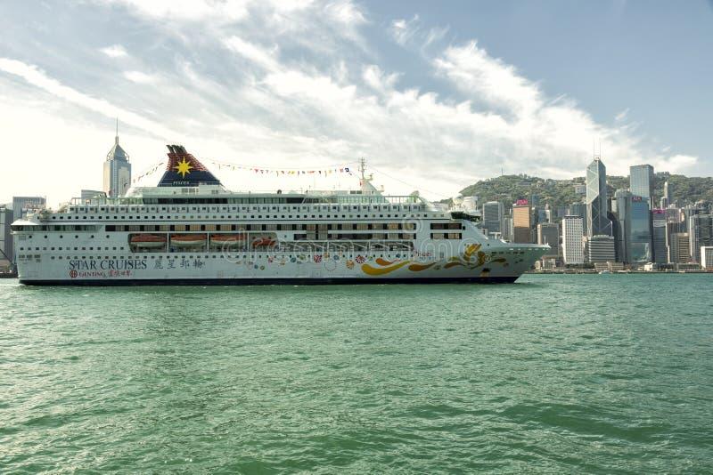 Stjärnan kryssar omkring kryssningskeppet i den Hong Kong hamnen royaltyfri bild