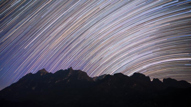 Stjärnan skuggar över det Doi Luang Chiang Dao berget på natten arkivfoton
