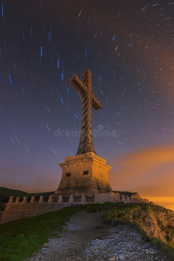 Stjärnan skuggar i den ovannämnda arga monumentet för natthimmel, Bucegi berg, Carpathians, Rumänien arkivfoto