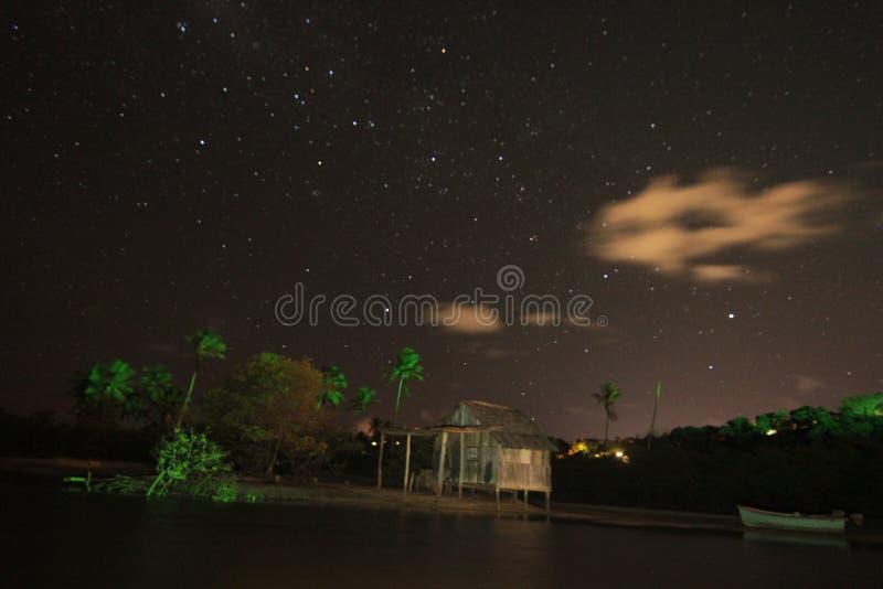 Stjärnanatthimmel över sjön arkivfoton