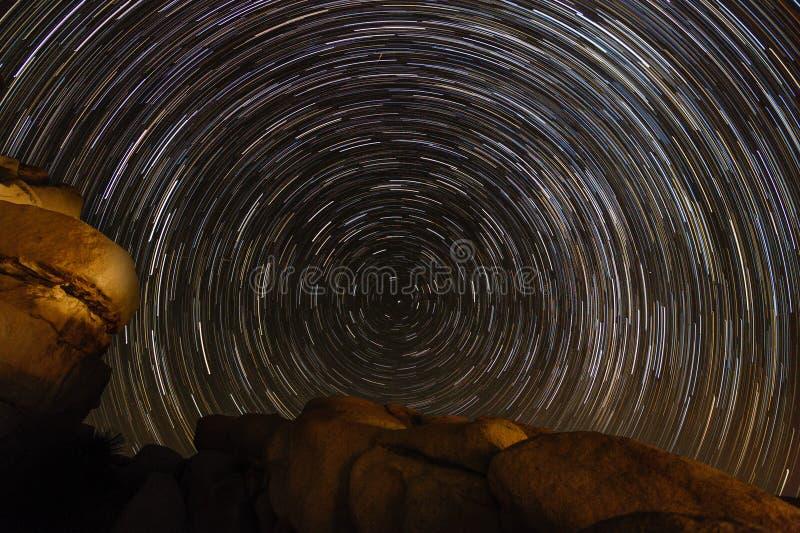 Stjärnaslinga över Joshua Tree National Park arkivfoto