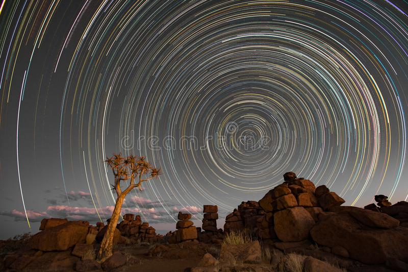 Stjärnaslingacirkel över quivertrees royaltyfri fotografi