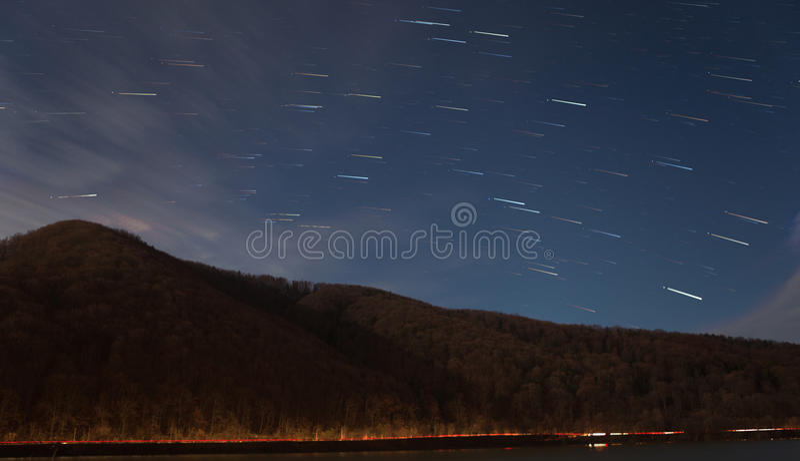 Stjärnaslingor över berget arkivbilder