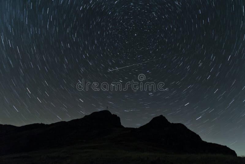 Stjärnaslingor över bergkullen arkivfoto