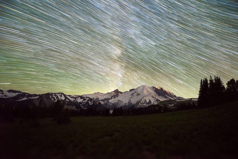 Stjärnaslingor över Mount Rainier i Washington State fotografering för bildbyråer