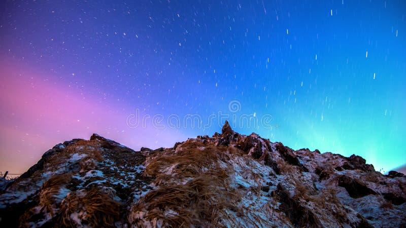 Stjärnaslingor över vinterberglandskapet royaltyfri fotografi