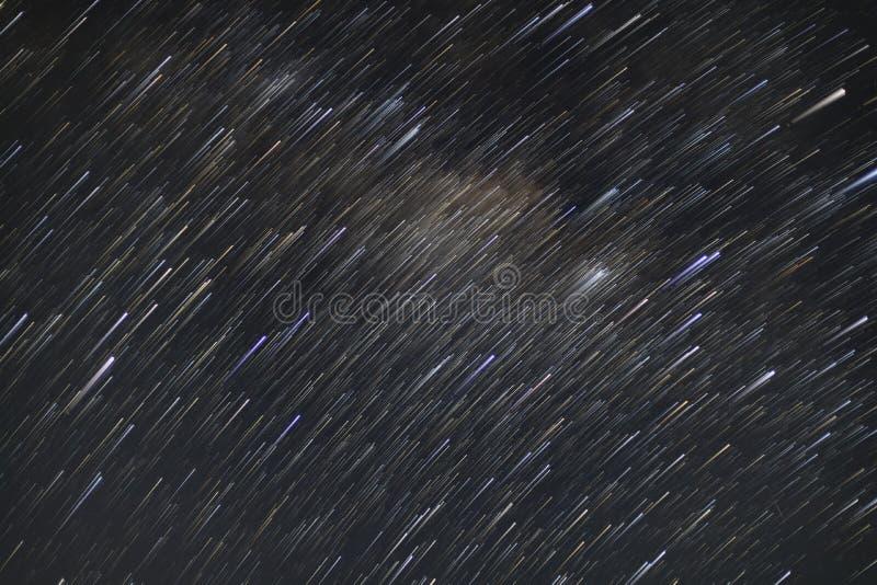 Stjärnaslingor av galaxen för mjölkaktig väg som skjutas med lång exponeringsteknik var många andra stjärnor är också synliga arkivbilder