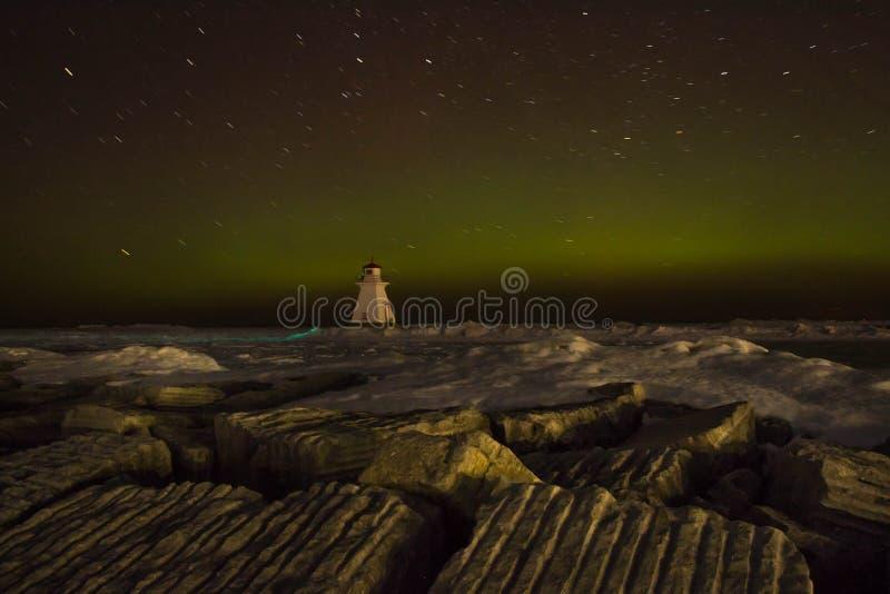 Stjärnaslingor med Aurora Borealis arkivbilder