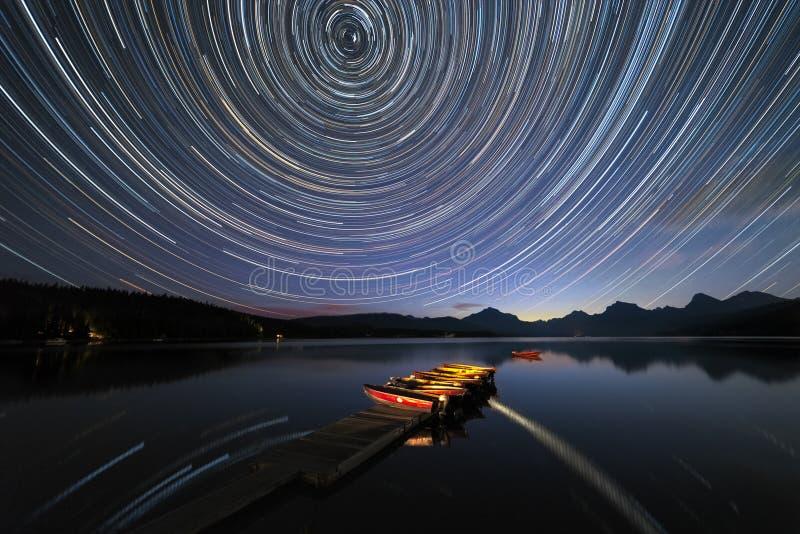 Stjärnaslingor på glaciärnationalparken royaltyfria bilder