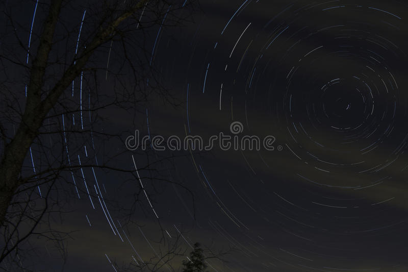 Stjärnastrimmor i natthimmel arkivfoto