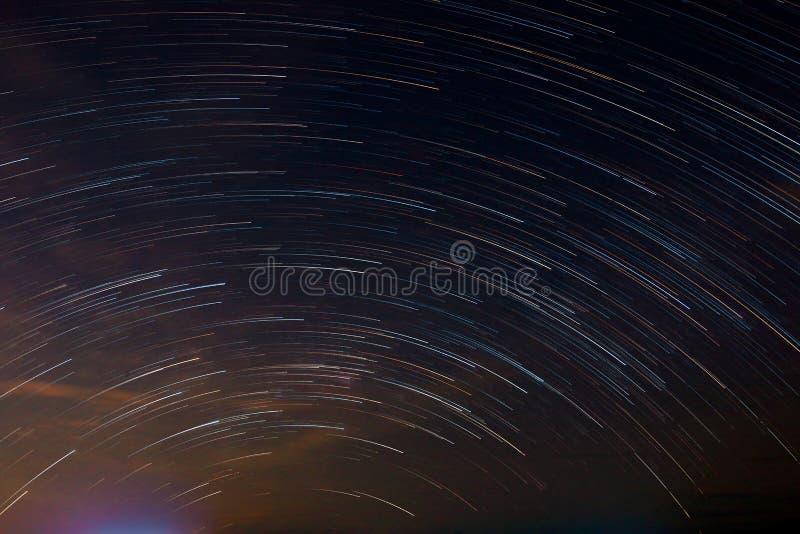 Stjärnasvans som den ljusa linjen virvel på natthimmel royaltyfri foto