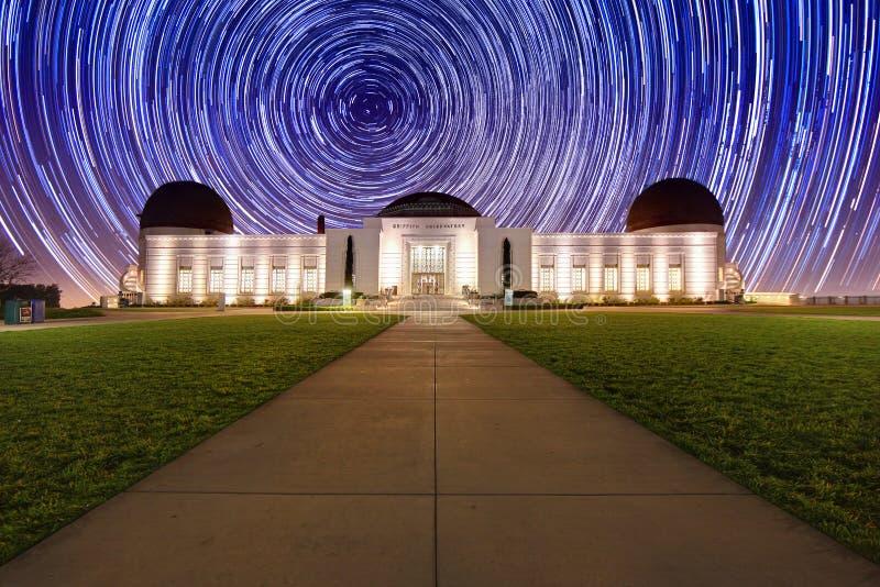 StjärnaTrails bak det Griffith observatoriumet arkivfoto