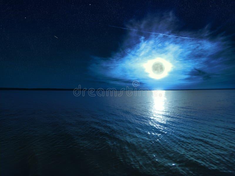 Stjärnklar himmel för härlig magiblåttnatt med moln och fullmånen med reflexion av månsken i vattnet royaltyfria foton